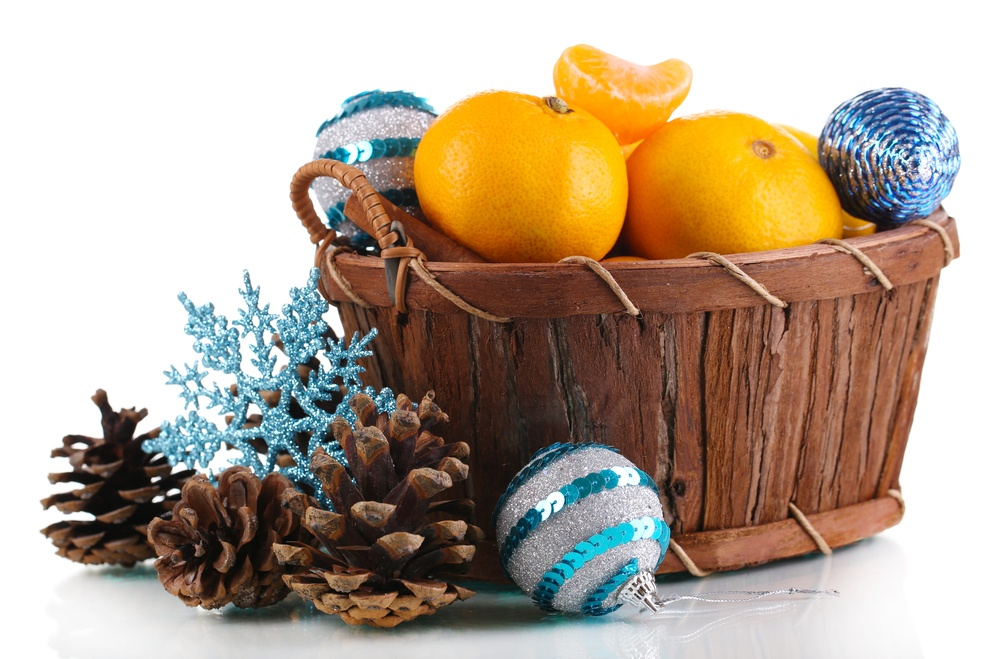 кошик з новорічними прикрасами та мандаринами