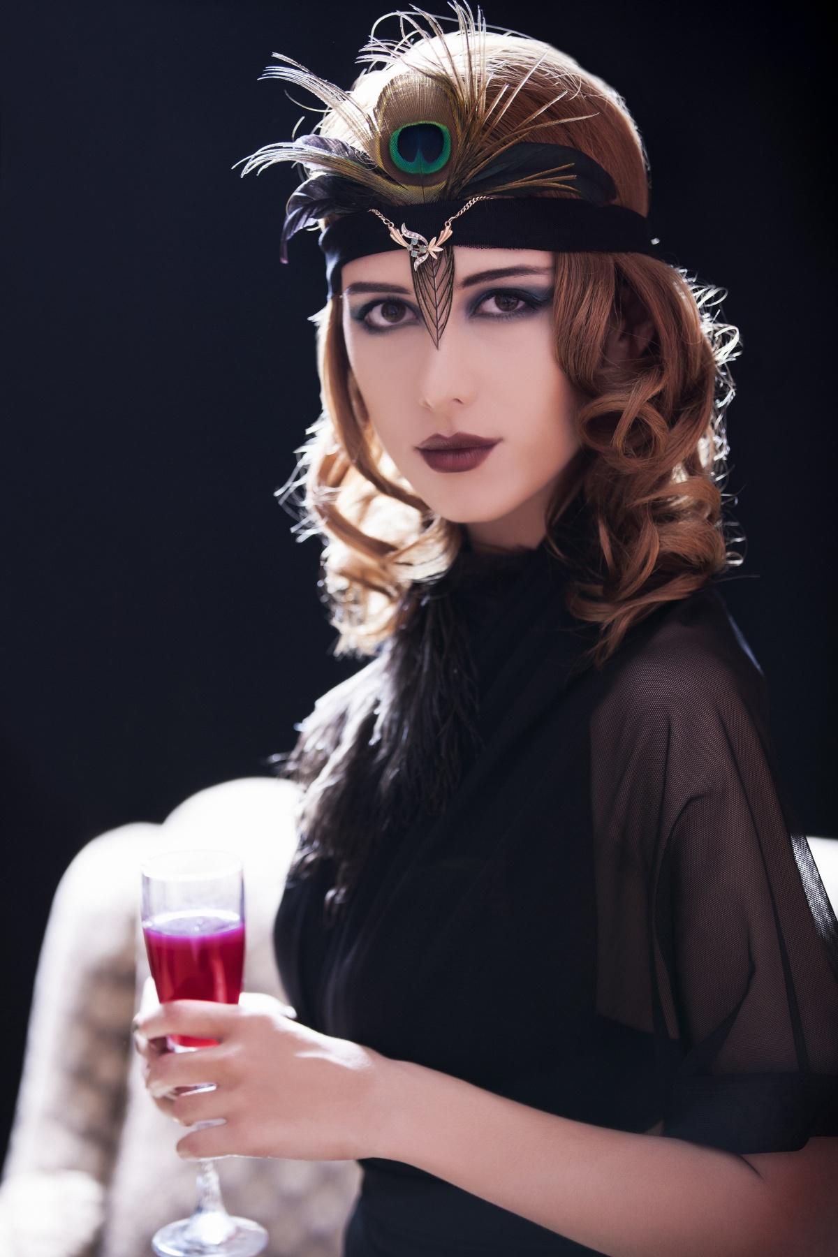 Девушка одета в стиле 20-х годов