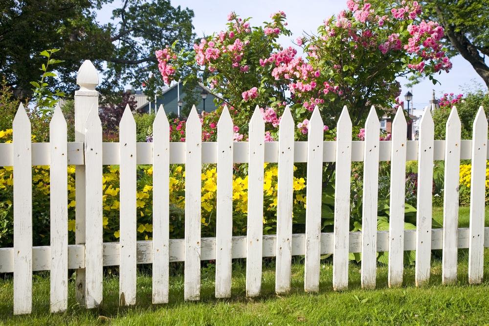 Простой и  элегантный белый забор