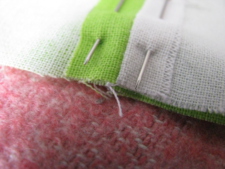 Используем швейные булавки для фиксации ткани