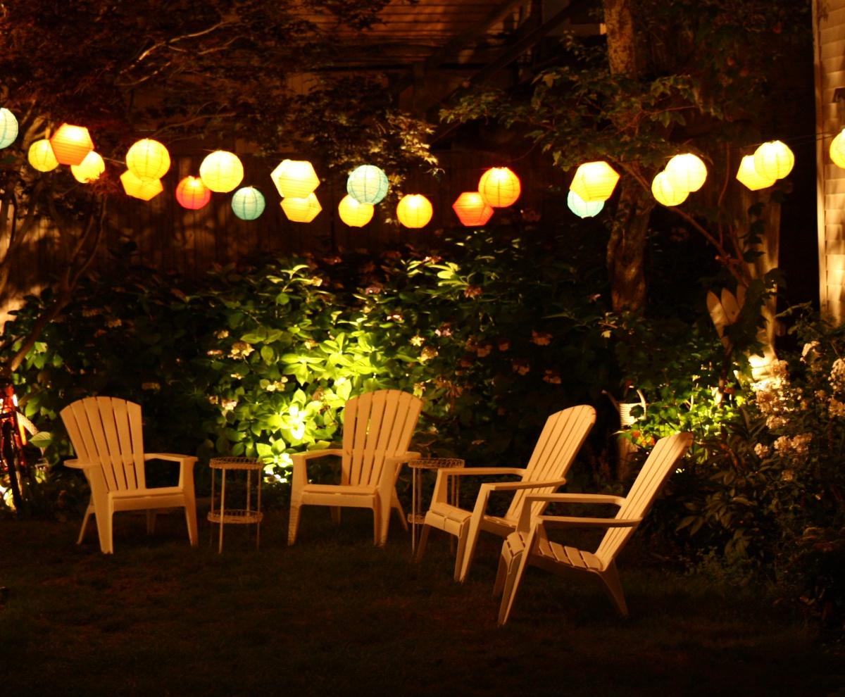 Свет в саду создает настроение
