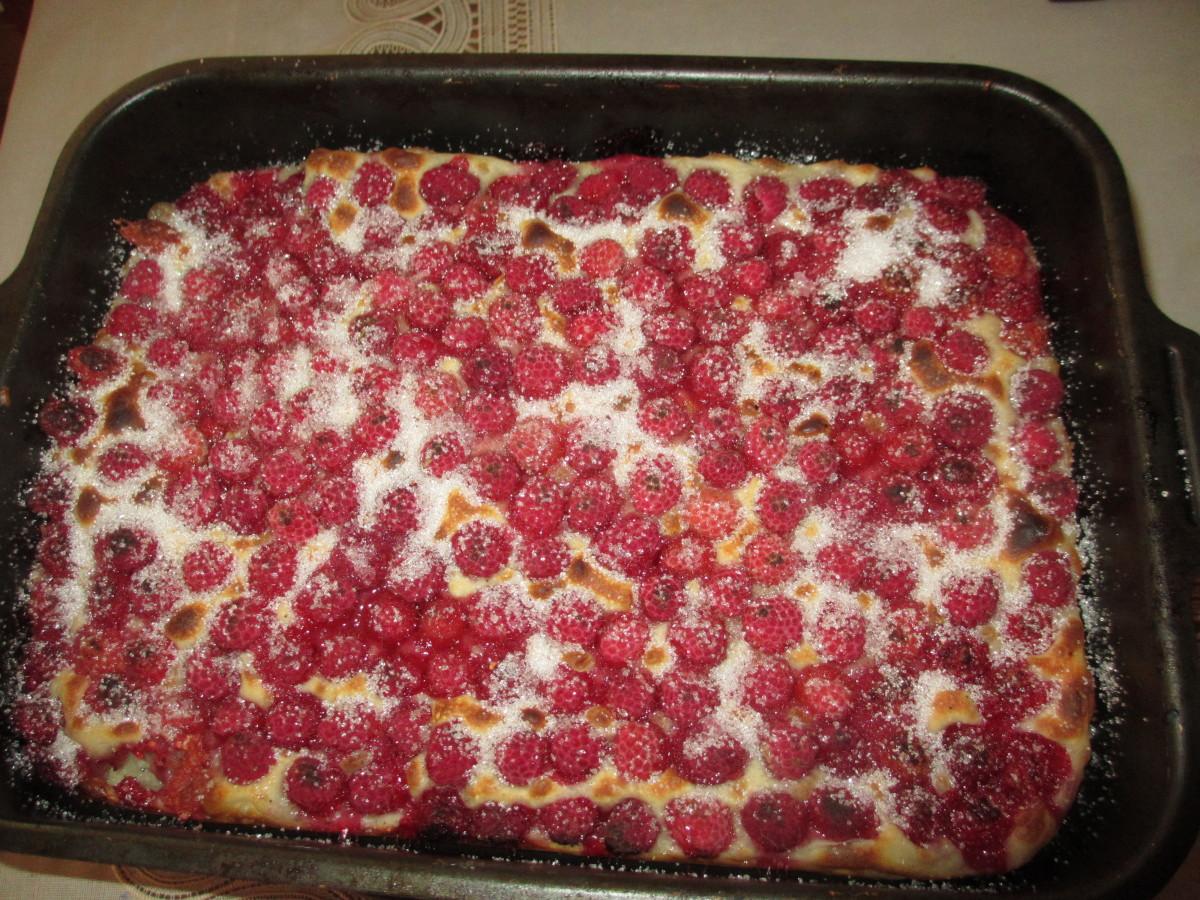 Пирог с малиной на даче.