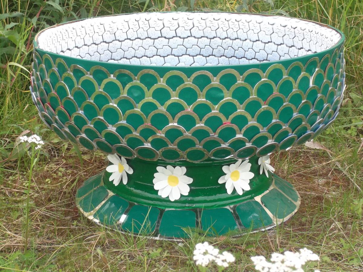 Поделки из шин : клумбы, вазоны, цветочники, садовые фигуры, мебель 37