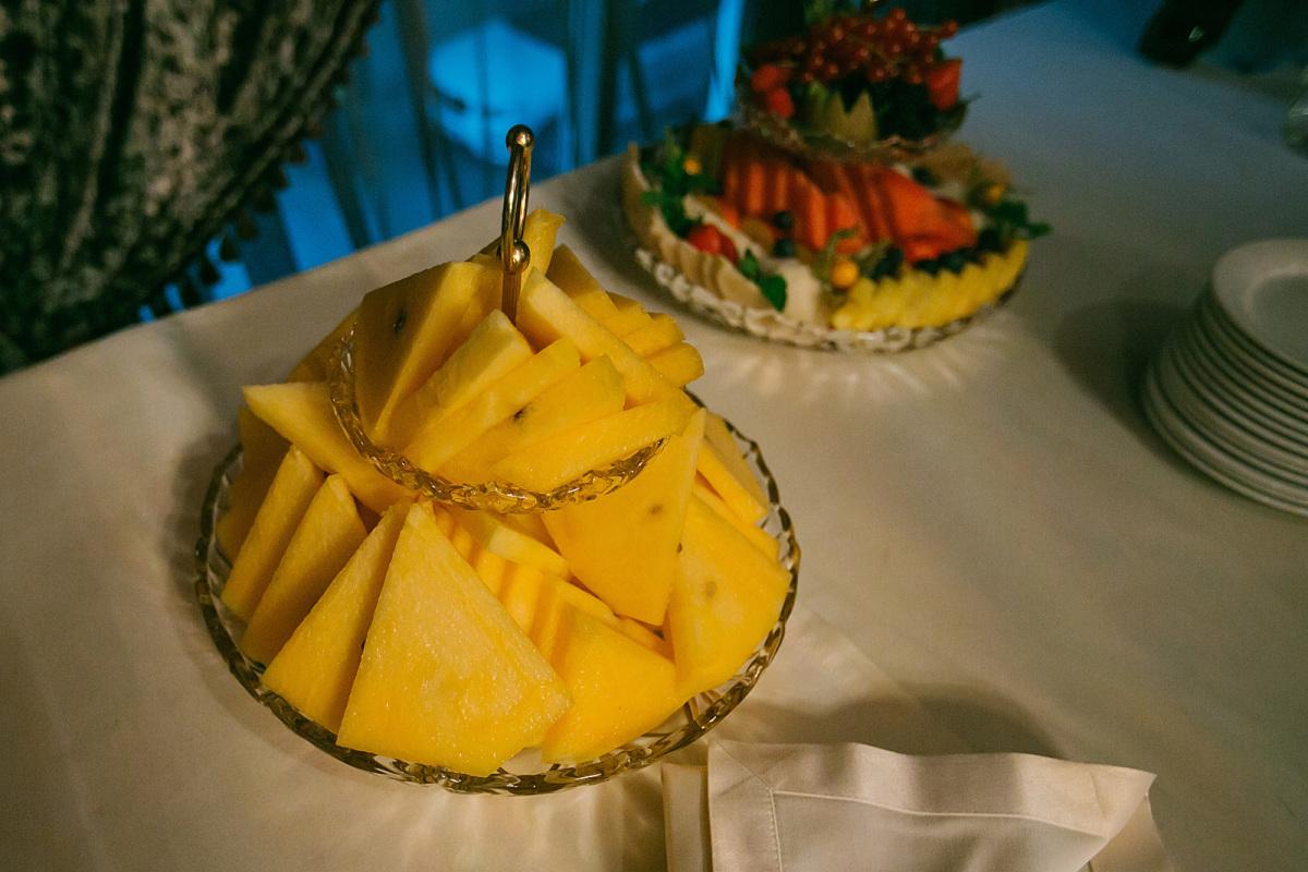 Тайский свадебный - еще один желтомякотник из Тайланда, выращиваю третий год. Среднераний гибрид, срок созревания 70-75 дней от посева. Мякоть ярко-желтая, плотная, нежная, очень сладкая, сочная. Сохраняет свои вкусовые качества длительное время, чем очень выгодно отличается от многих желтомякотников. Вот один на моей свадьбе 11 октября, не потерял абсолютно ничего ни в текстуре, ни во вкусе! Масса плода 4-6 кг. Семян очень мало.