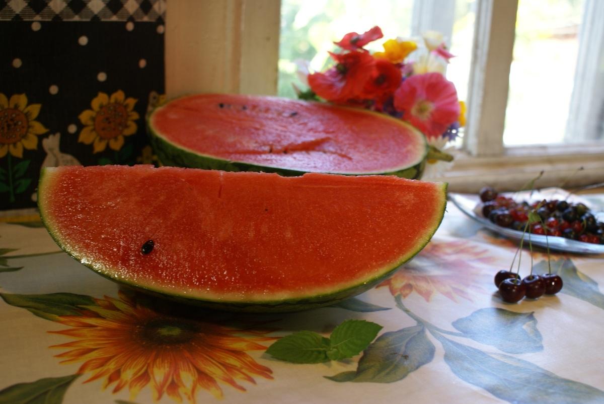 Фудзи - ранний гибрид  японского происхождения с тончайшей шкуркой. Плоды около 3 кг, очень сладкие. Равнодушных не осталось. =)